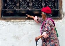 走在Boudhanath stupa附近的尼泊尔人民在加德满都 免版税库存图片