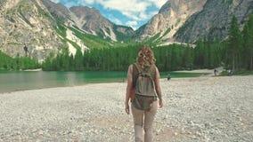 走在Braies湖附近的妇女远足者和享受他壮观的风景,白云岩,意大利 股票录像