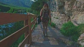 走在Braies湖附近的妇女远足者和享受他壮观的风景,白云岩,意大利 股票视频