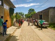 走在Calenda圣佩德罗火山的当地居民在瓦哈卡,墨西哥 免版税库存图片