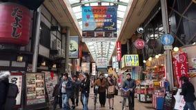 走在Dotonbori南坝购物区附近的步行者在大阪,日本 影视素材