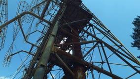 走在Duga雷达列阵下,苏联导弹探测器在冷战中 股票视频