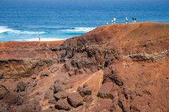 走在El Golfo和绿色盐水湖的未认出的人民 海湾是火山的c的一个盐水湖 免版税库存照片