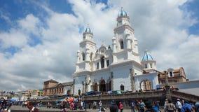走在El Quinche的维尔京的圣所的前面人们 7月8日,弗朗西斯科I教皇参观了这个教会作为他的一部分a 免版税图库摄影