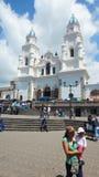 走在El Quinche的维尔京的圣所的前面人们 7月8日,弗朗西斯科I教皇参观了这个教会作为他的一部分a 免版税库存图片