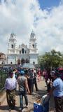 走在El Quinche的维尔京的圣所的前面人们 7月8日,弗朗西斯科I教皇参观了这个教会作为他的一部分a 库存照片