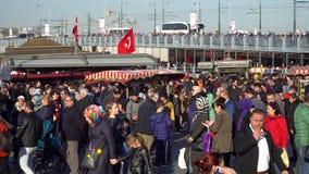 走在Eminonu广场,伊斯坦布尔,土耳其码头边的人人群  影视素材