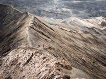 走在Gunung Bromo火山附近外缘的远足者, 免版税库存图片