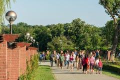 走在Herastrau公园的人们 免版税库存照片