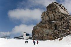 走在Hintertux冰川的游人在Aus 免版税库存图片