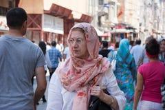 走在Istiklal街上的人们 免版税图库摄影