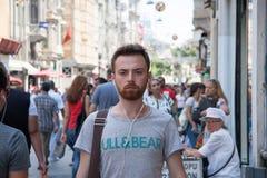 走在Istiklal街上的人们 库存图片