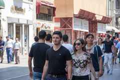 走在Istiklal街上的人们 库存照片