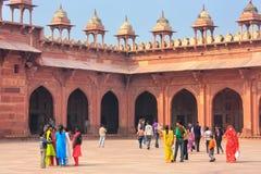 走在Jama Masjid庭院里的游人在Fatehpur Sik 免版税库存照片