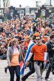 走在Koninginnedag的夫妇2013年 库存照片