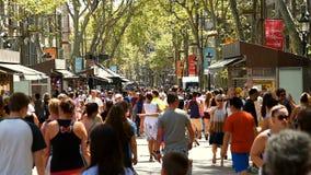 走在La兰布拉中央街道上的人人群在巴塞罗那市 影视素材