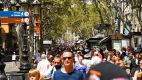走在La兰布拉中央街道上的人人群在巴塞罗那市 股票视频