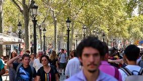 走在La兰布拉中央街道上的人人群在巴塞罗那市 股票录像