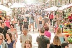 走在La兰布拉街道,西班牙,欧洲的人们。 库存照片