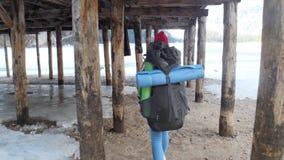 走在lago与一个大背包的di braies的年轻俏丽的妇女 股票视频