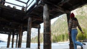 走在lago di braies海岸的年轻女人在小屋下 股票视频