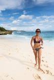 走在Lembongan海滩的年轻亚裔妇女在巴厘岛在Indonesi 库存照片
