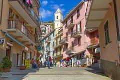 走在Manarola村庄街道上的人们在意大利 免版税图库摄影