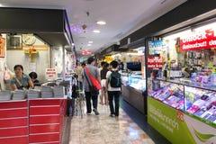 走在MBK购物中心的未认出的游人 免版税库存照片
