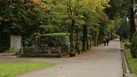 走在Mirogoj公墓的两名妇女在萨格勒布,纪念地方,克罗地亚停放 股票视频