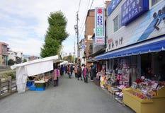 走在Miyagawa早晨的游人和当地人民销售机智 库存图片