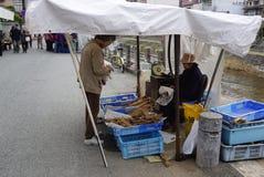 走在Miyagawa早晨的游人和当地人民销售机智 免版税库存图片