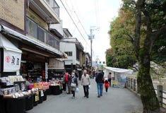 走在Miyagawa早晨的游人和当地人民销售wi 免版税库存图片