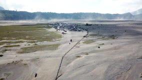 走在Mt的夫妇 布罗莫火山,Java海岛,印度尼西亚 股票视频