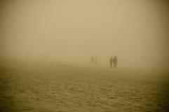 走在Ostseebad宾茨海滩的一个有雾的早晨  免版税库存图片