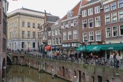 走在Oudegracht运河旁边的人们在乌得勒支, Netherla 库存照片