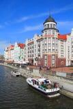 走在Pregolya河乘快艇在加里宁格勒 免版税库存照片