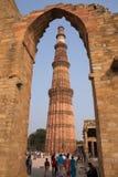 走在Qutub Minar复合体附近的游人在德里,印度 库存图片