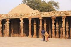 走在Qutub Minar复合体,德里附近的印地安夫妇 免版税图库摄影