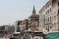 走在Riva degli Schiavoni,威尼斯的人们 免版税库存图片