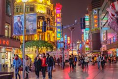 走在shang hai城市瓷的南京路走的街道的人夜生活  免版税库存照片