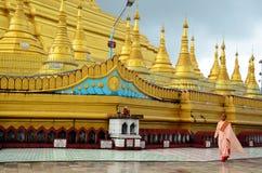 走在Shwemawdaw Paya塔的佛教妇女禁欲主义者或尼姑在Bago,缅甸 免版税库存照片