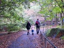 走在Slottsskogen公园-瑞典的家庭 库存图片