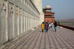 走在Taj附近Mahal的基础的游人 免版税图库摄影