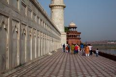 走在Taj附近Mahal的基础的游人 免版税库存照片