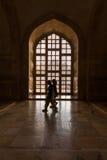 走在Taj Mahal端里面的印第安妇女 免版税库存图片