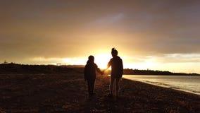 走在Tsilivi海滩的孩子在黄昏 影视素材