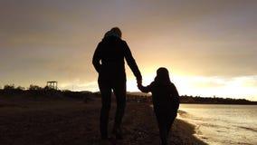 走在Tsilivi海滩的母亲和儿子在黄昏 股票视频