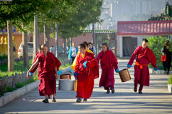走在Ulaanbaatar,蒙古的和尚 免版税库存图片