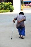 走在Wat Khua Khrae寺庙的老人在清莱,泰国 库存图片