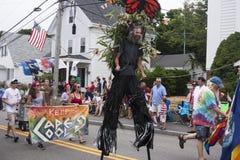 走在Wellfleet 7月游行第4的人们在Wellfleet,马萨诸塞 库存照片